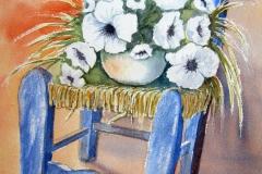 Blauer Binsenstuhl mit Blumen